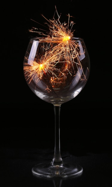 Taça de vinho com espumante em antecipação ao ano novo e ao natal Foto Premium