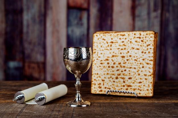 Taça de vinho de prata com matzah, símbolos judaicos para o feriado de páscoa pessach. conceito de páscoa. Foto Premium
