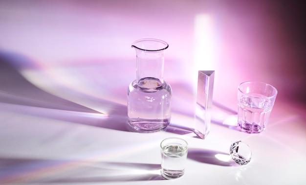 Taça; prisma; vidro e diamante de cristal com sombra escura no fundo colorido Foto gratuita