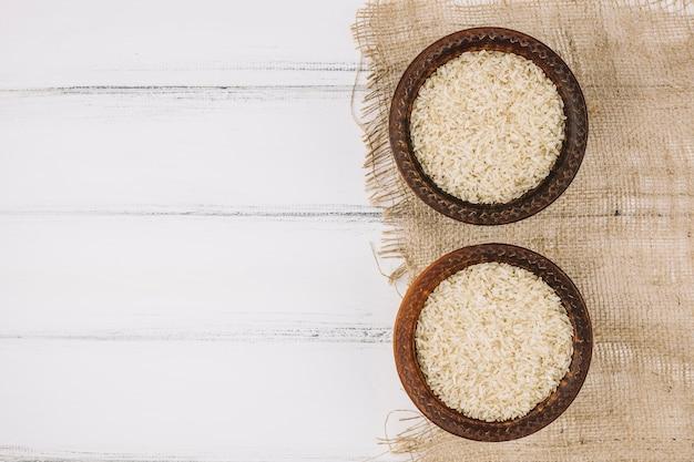 Taças com arroz em tecido de linho Foto gratuita