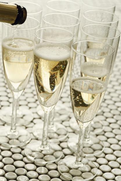Taças de champanhe com champanhe Foto gratuita
