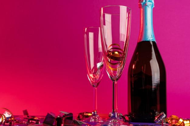 Taças de champanhe com enfeites de festa Foto Premium