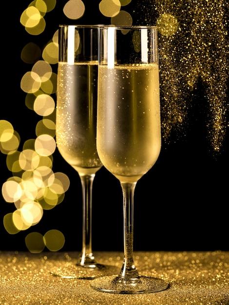 Taças de champanhe com luzes bokeh Foto Premium