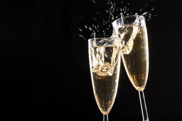 Taças de champanhe com splash Foto Premium