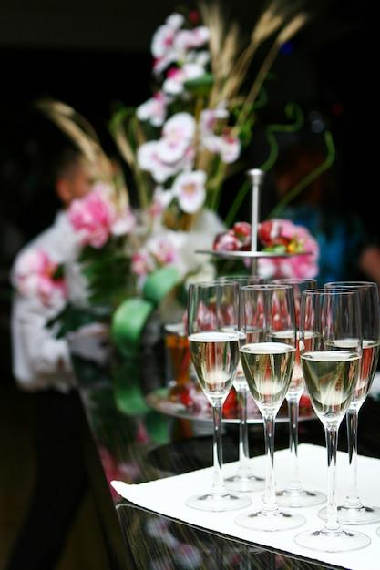 Taças de champanhe em cima da mesa Foto gratuita
