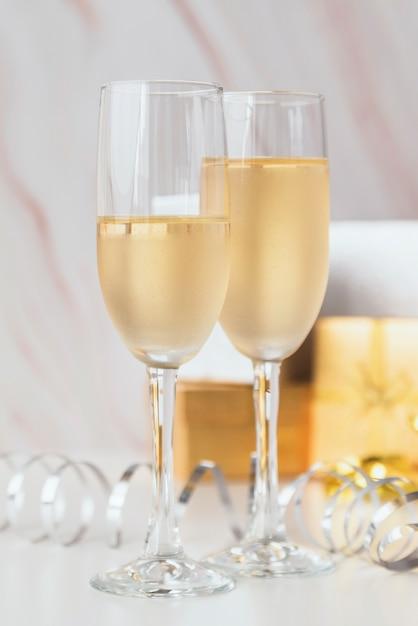 Taças de champanhe em close-up em cima da mesa Foto gratuita