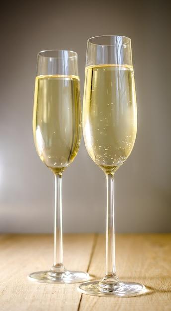 Taças de champanhe em uma mesa de madeira Foto Premium
