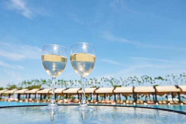 Taças de champanhe na piscina de um resort em um hotel de luxo. festa na piscina. derramando bebida em um copo. hotel de luxo amara dolce vita. recorrer. tekirova-kemer. peru Foto gratuita