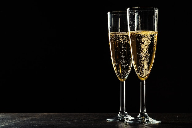 Taças de champanhe para ocasião festiva contra um fundo escuro Foto Premium