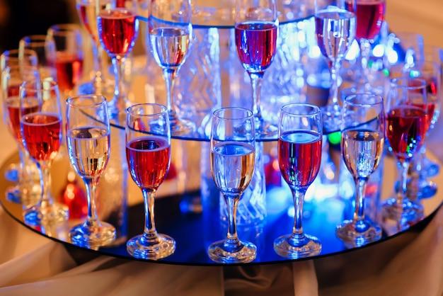 Taças de vinho no bar para celebrar uma festa Foto Premium