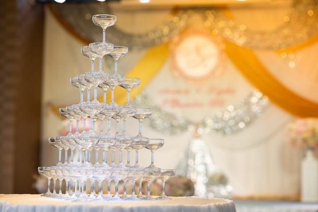 Taças de vinho para beber na festa da noite Foto Premium