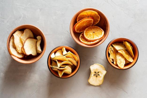 Taças planas com frutos secos Foto Premium