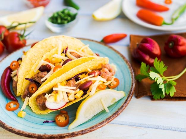 Taco mexicano tradicional na chapa Foto gratuita
