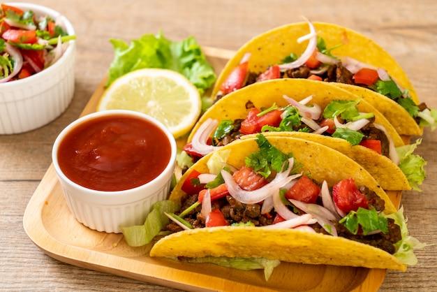 Tacos com carne e legumes Foto Premium