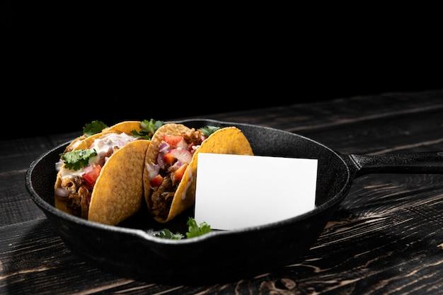 Tacos com carne, legumes e salsa Foto gratuita