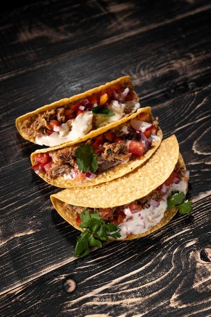Tacos de ângulo alto com carne e vegetais Foto Premium