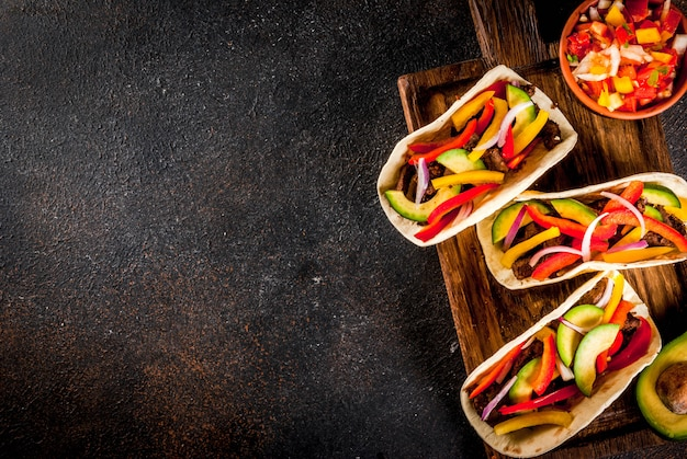 Tacos de carne de porco mexicana em fundo marrom Foto Premium