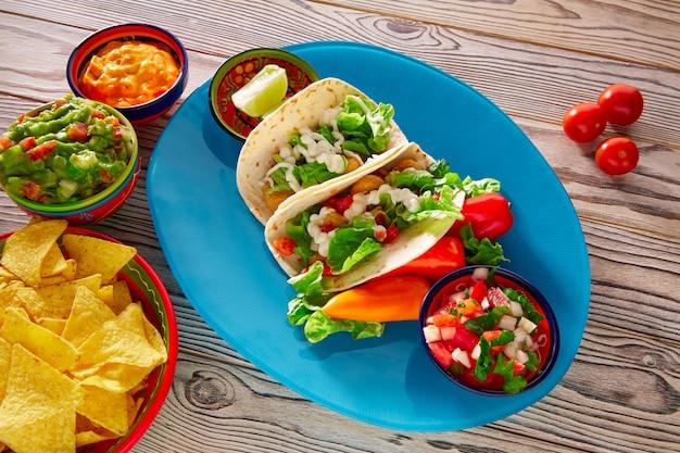 Tacos de peixe guacamole comida mexicana nachos e pimentão Foto Premium