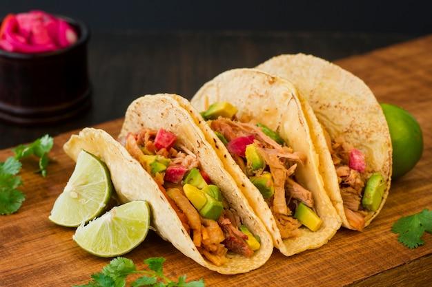 Tacos deliciosos na placa de madeira Foto Premium