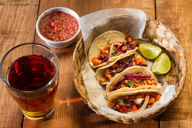 Tacos deliciosos no alto ângulo da cesta Foto gratuita