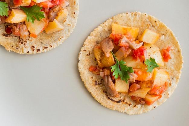 Tacos leigos plana sobre fundo branco Foto gratuita