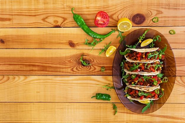 Tacos mexicanos com carne em molho de tomate Foto Premium