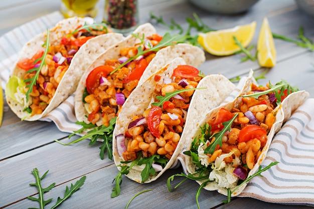 Tacos mexicanos com carne, feijão em molho de tomate e salsa Foto Premium