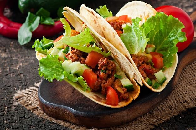 Tacos mexicanos com carne, legumes e queijo Foto gratuita