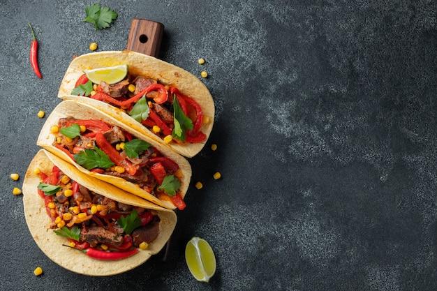 Tacos mexicanos com carne, legumes e salsa. Foto Premium