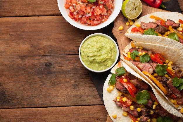 Tacos mexicanos com carne marmorizada e legumes. Foto Premium