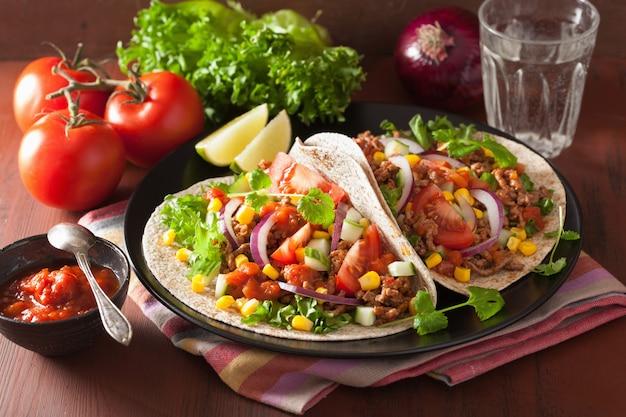 Tacos mexicanos com carne tomate salasa cebola milho Foto Premium