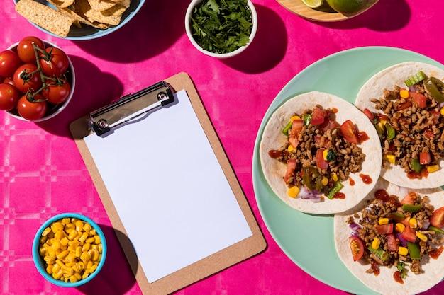 Tacos planos e arranjo de prancheta Foto Premium