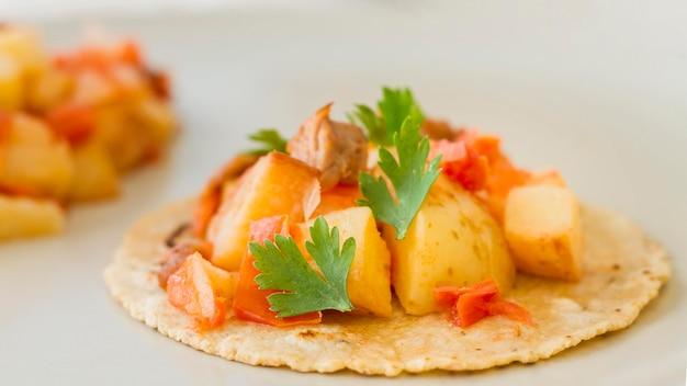 Tacos saborosos com carne e batatas Foto gratuita