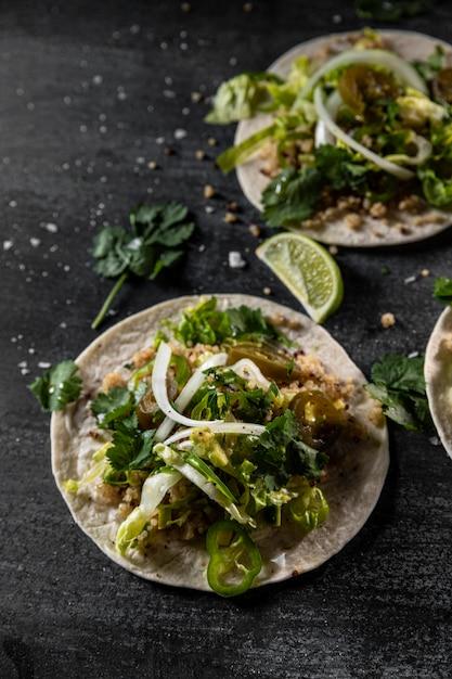 Tacos vegetarianos com arranjo de limão Foto Premium