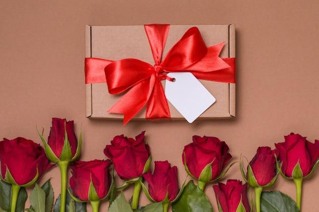 Tag do laço da fita do presente do dia de valentim, rosas vermelhas sem emenda do fundo nu Foto Premium