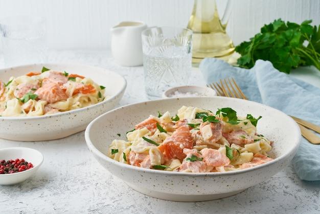 Tagliatelle com peixe e molho cremoso Foto Premium