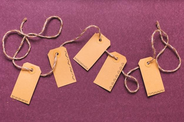 Tags amarradas com fundo roxo Foto gratuita
