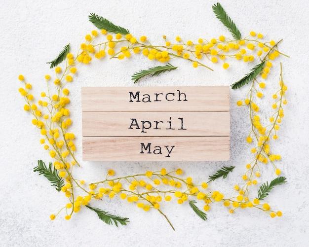 Tags de meses de primavera na mesa Foto gratuita