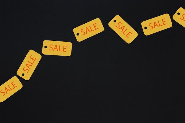 Tags de venda amarelo em fundo escuro Foto gratuita
