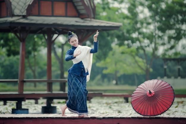 Tailândia dançando mulheres e homem em traje de vestido de estilo nacional: dança de tailândia Foto gratuita