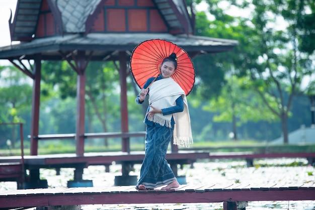 Tailândia dançando mulheres em traje de estilo nacional: dança da tailândia Foto gratuita
