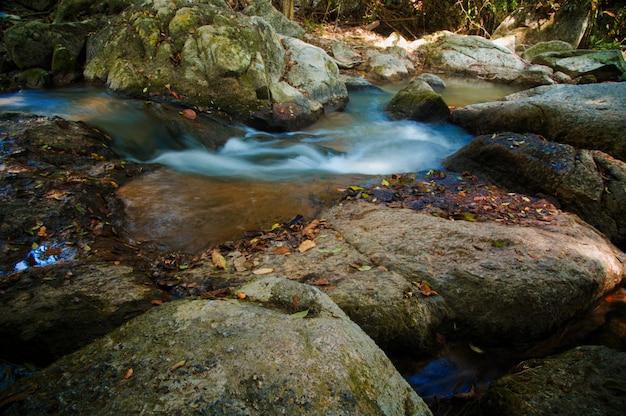Tailândia, koh samui. uma cachoeira no jardim mágico de buddha Foto Premium