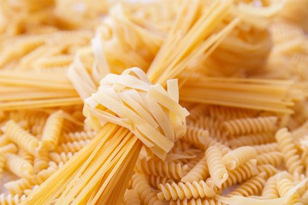 Talharim italiano enrolado cru e macarrão espagete Foto Premium