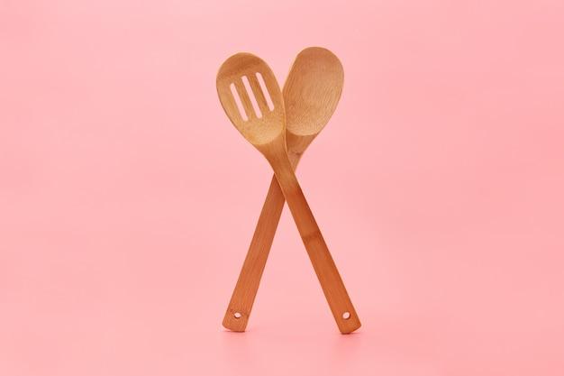 Talheres de madeira ecológica em rosa Foto Premium
