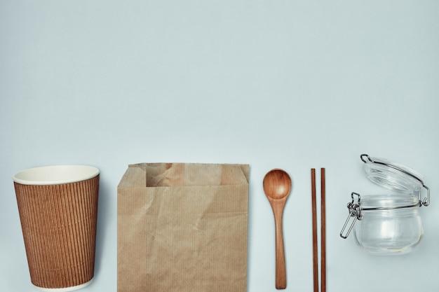 Talheres descartáveis. materiais plásticos e sustentáveis. copie o espaço. Foto Premium