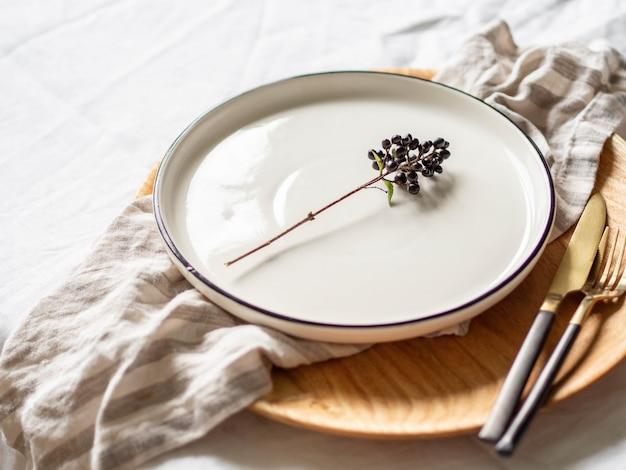 Talheres e decorações para servir mesa Foto Premium