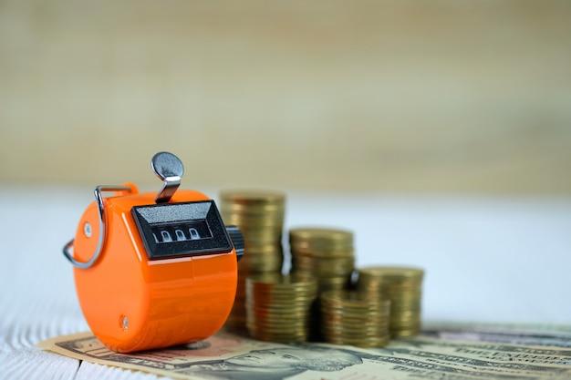 Tally contador ou contando moeda de máquina e notas Foto Premium