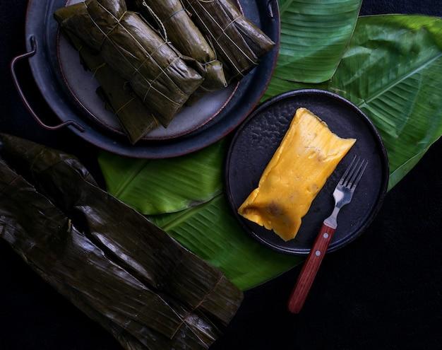 Tamale mexicano, cozinha mexicana, os tamales da costa, em folha de bananeira Foto Premium