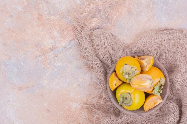 Tâmaras de ameixa amarela em uma bandeja de madeira. Foto gratuita