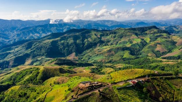 Tampas de montanha de alto ângulo e caminho de estrada Foto Premium